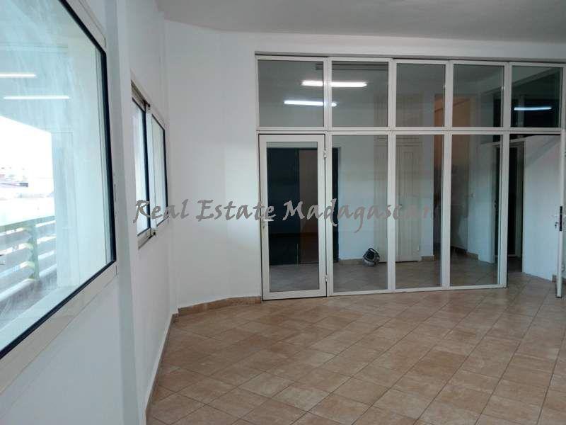 rent-downtown-area-mahajanga-Office-space-400-m²--4305-ft²